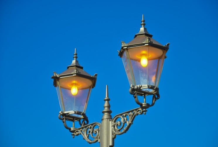 Eclairage-public_Street_lamp_hunting_lodge_Moenchbruch_-_Straßenlaterne_Jagdschloss_Mönchbruch